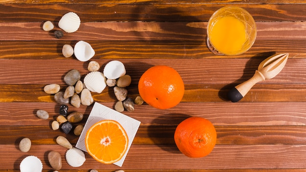 Zitrusfrüchte und juicer auf tabelle Kostenlose Fotos