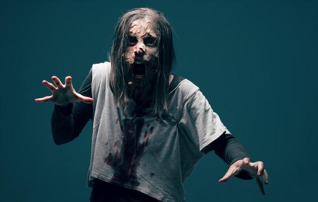 Zombie der toten frau. horror halloween konzept Premium Fotos