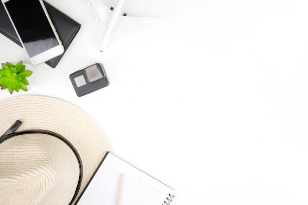 Zubehör für reisende auf weißem hintergrund mit kopie raum Premium Fotos