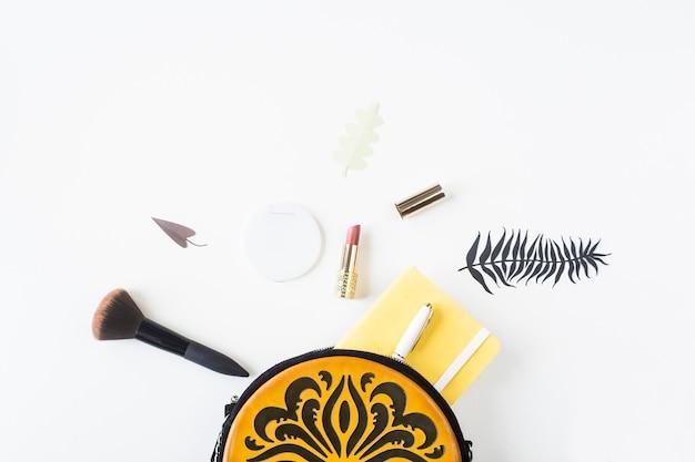 Zubehör und inhalt einer hellen weiblichen tasche mit orange verzierung Premium Fotos