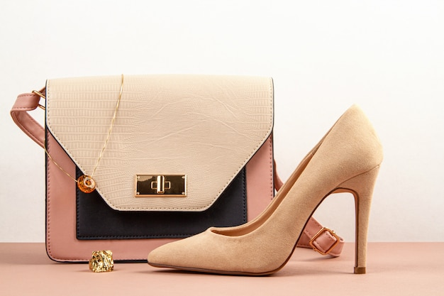 Zubehörhandtasche der eleganten frau und schuhe des hohen absatzes. Premium Fotos
