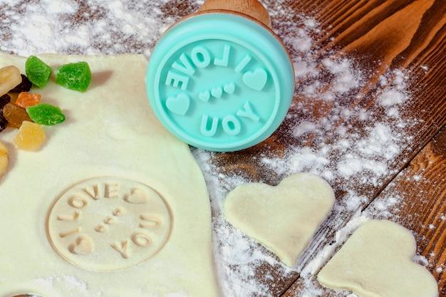 Zubereitung von hausgemachten keksen zum valentinstag. Premium Fotos