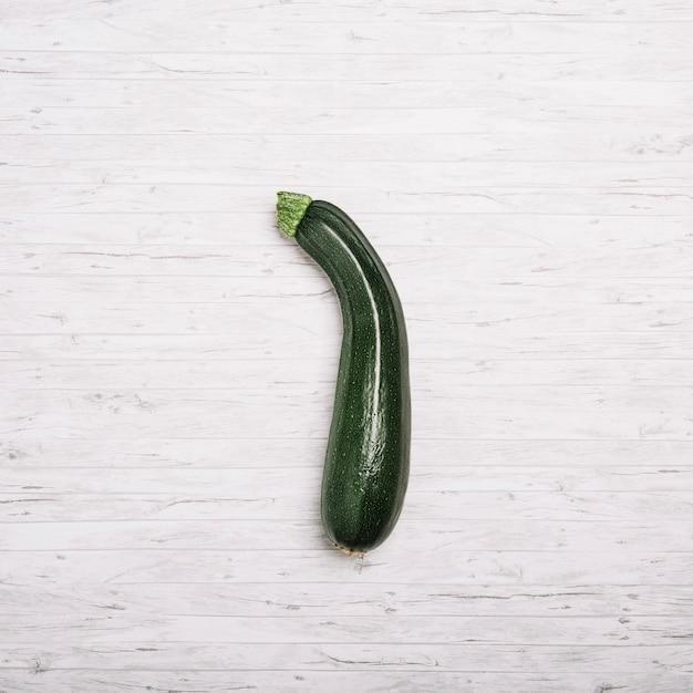 Zucchini auf weißem hintergrund Kostenlose Fotos