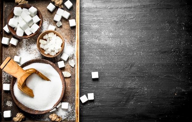 Zucker auf einem alten holztablett. Premium Fotos