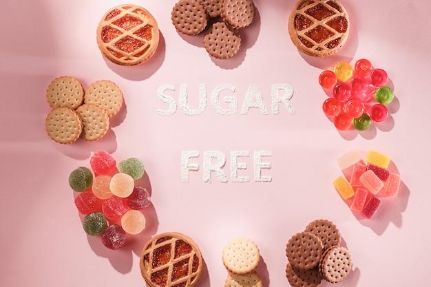 Zuckerfreie kuchen und marmeladen. diätessen. draufsicht auf rosa tabellenhintergrund. gesundes konzept. Kostenlose Fotos