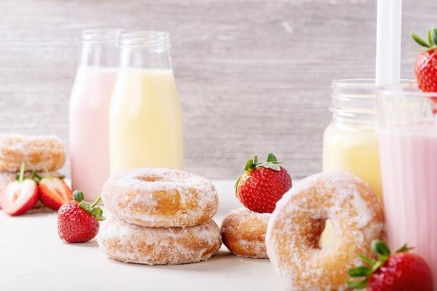 Zuckerkrapfen serviert mit milchshakes Premium Fotos