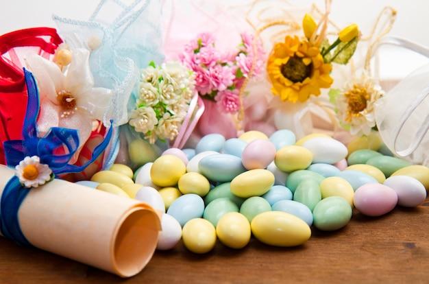 Zuckermandeln farbe blau, rosa, gelb und weiß. Premium Fotos