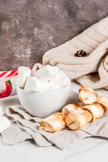 Zuckerstange, eibisch und auf feuer gebackene eibischaufsteckspindeln auf weißem hintergrund Premium Fotos