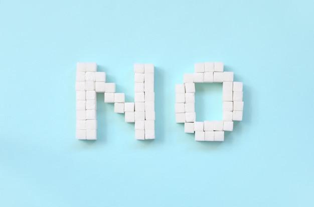 Zuckerzeichen mit großen buchstaben auf blauem hintergrund ablehnen Premium Fotos