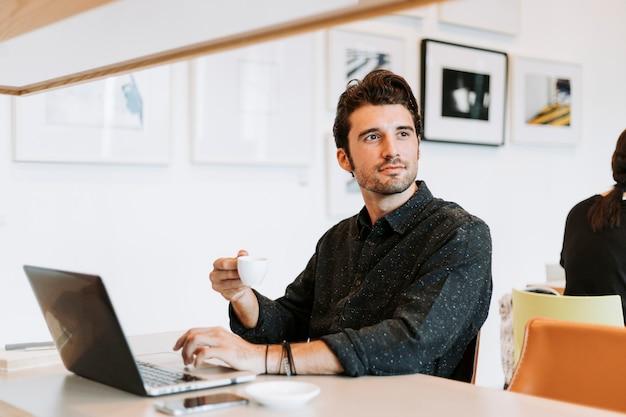 Zufälliger mann, der in einem café arbeitet Premium Fotos
