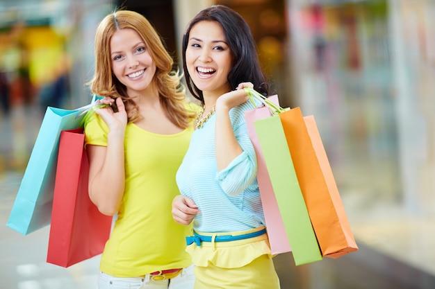 Zufriedene freunde mit ihren shopping-tag Kostenlose Fotos