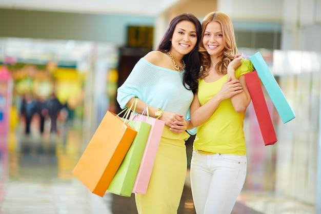 Zufriedene freunden nach einem shopping-tag Kostenlose Fotos