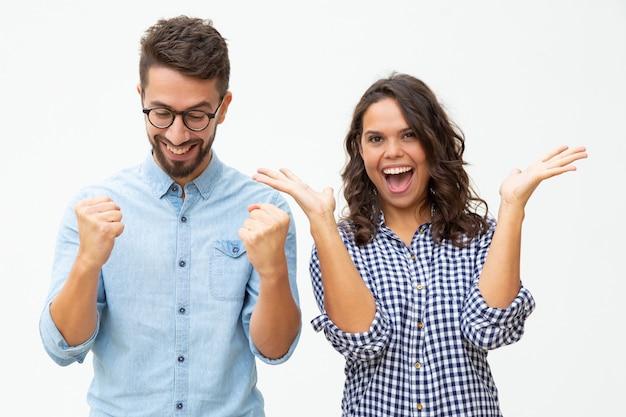 Zufriedene junge paare, die erfolg feiern Kostenlose Fotos