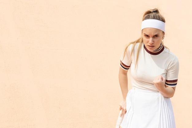 Zufriedene tennisspielerin der bewegung Kostenlose Fotos