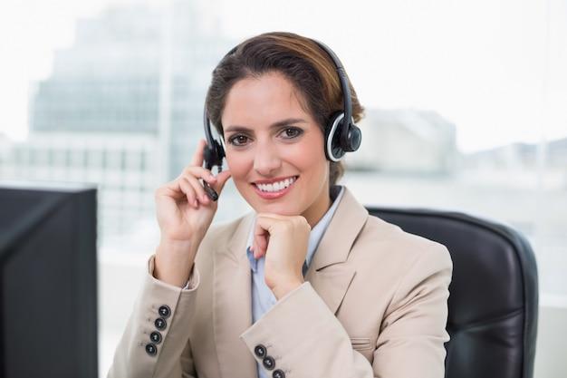 Zufriedener kopfhörer der zufriedenen geschäftsfrau Premium Fotos