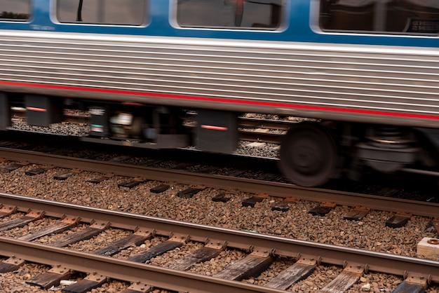 Zug auf eisenbahnnahaufnahme Kostenlose Fotos