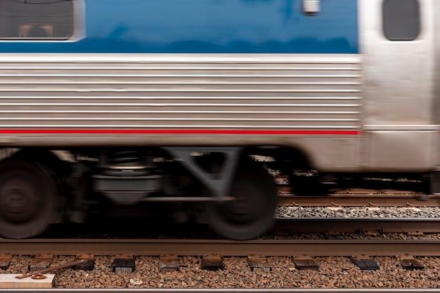 Zug auf schienen-vorderansicht Kostenlose Fotos