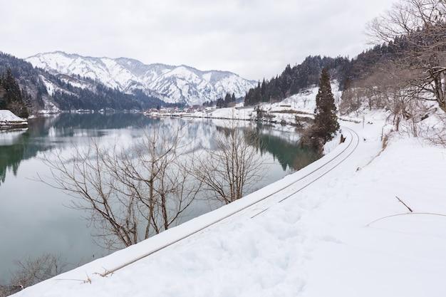 Zug im winter landschaftsschnee Premium Fotos