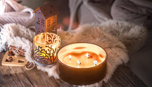Zuhause stillleben im innenraum mit schönen kerzen, vor dem hintergrund einer gemütlichen wohnkultur Kostenlose Fotos