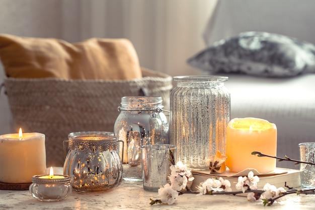 Zuhause stillleben mit kerzen und vase im wohnzimmer Kostenlose Fotos