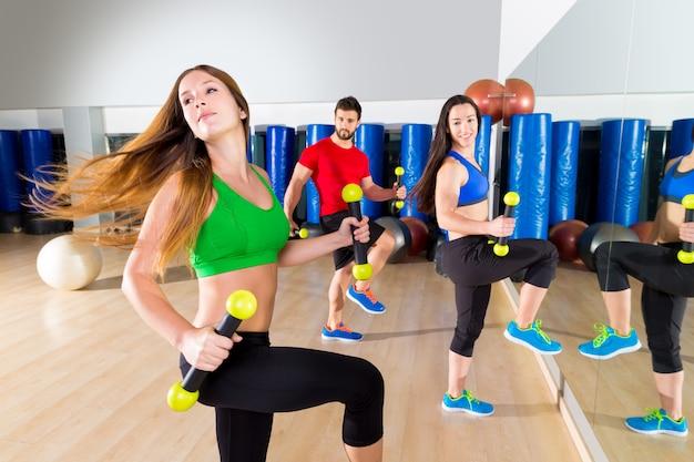 Zumba tanzen cardio-leute-gruppe am fitness-studio Premium Fotos