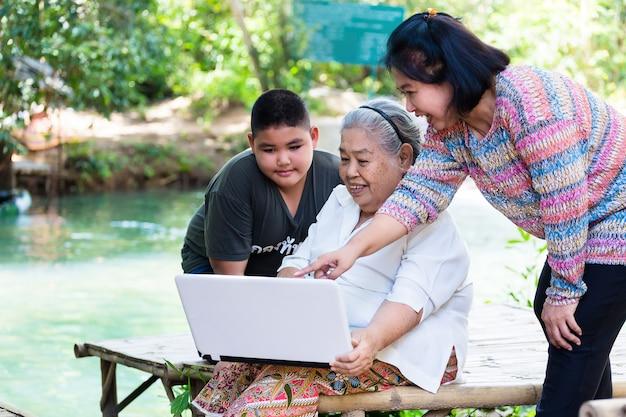 Zuneigung der familie mit drei generationen Kostenlose Fotos