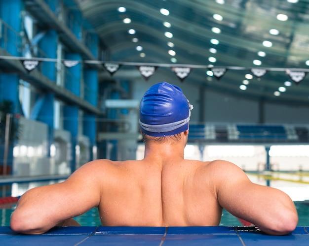 Zurück vom athletischen männlichen schwimmer Kostenlose Fotos