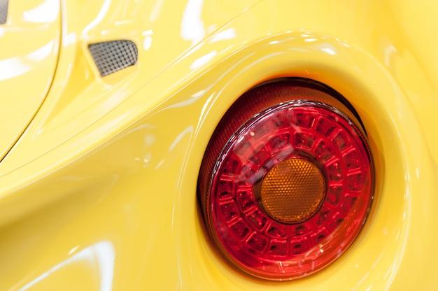 Zurück von einem gelben sportwagen Premium Fotos