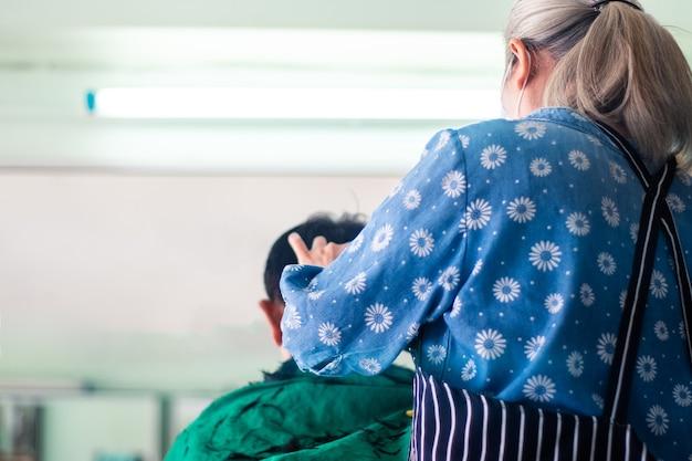 Zurück von einem mann, der haare im friseursalon schneidet Premium Fotos