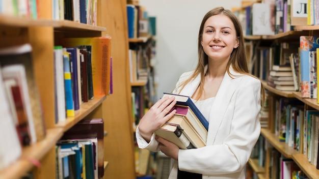 Zurück zu schulkonzept mit der frau, die in der bibliothek studiert Kostenlose Fotos