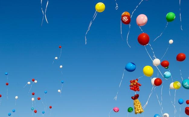 Zurück zur schule. 1. september. feier eines neuen schuljahres in russland. helle ballons am himmel. Premium Fotos