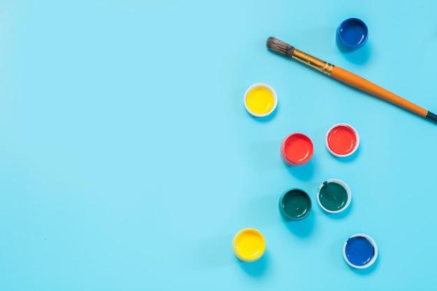 Zurück zur schule. bunte farben und pinsel auf druckvollem blau. kopieren sie platz. Premium Fotos