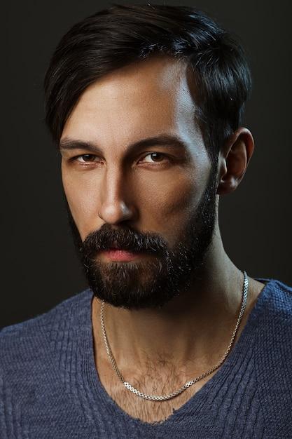 Zurückhaltendes porträt des misstrauischen mannes mit bart Premium Fotos