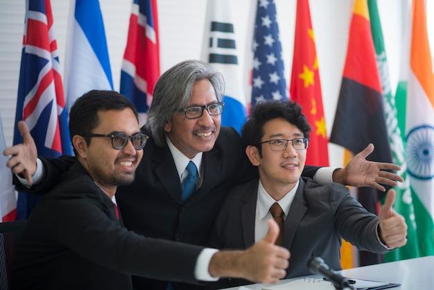 Zusammenarbeit von internationalen geschäftsleuten, internationale flagge Premium Fotos