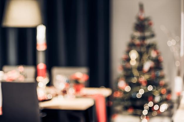 Zusammenfassung unscharfe weihnachtsbaumdekoration mit schnurlicht am küchentisch im haus mit bokeh Premium Fotos