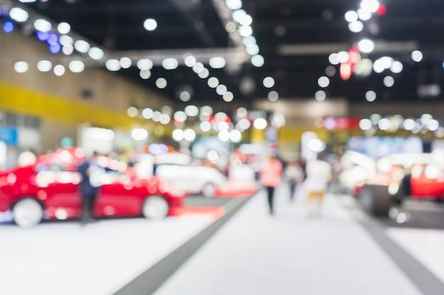 Zusammenfassung unscharfes bild der autoausstellungsshow. unscharfes defocused bild der ausstellungshalle der öffentlichen veranstaltung, die autos und automobile zeigt. Premium Fotos