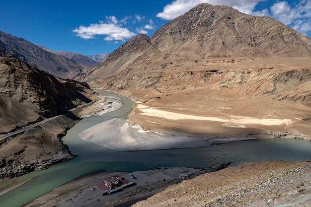 Zusammenfluss von zanskar und indus - leh, ladakh, indien Premium Fotos