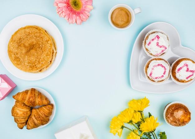 Zusammensetzung der bäckerei, blumen und geschenke Kostenlose Fotos