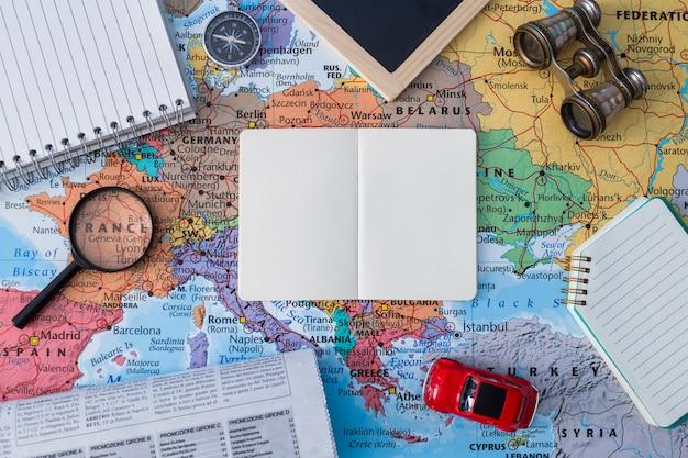 Zusammensetzung der reiseelemente mit offenem buch Kostenlose Fotos