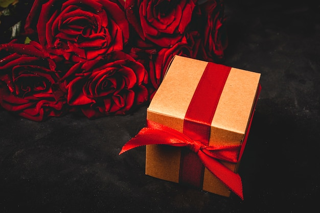 Zusammensetzung der roten rosen und geschenkboxen Premium Fotos