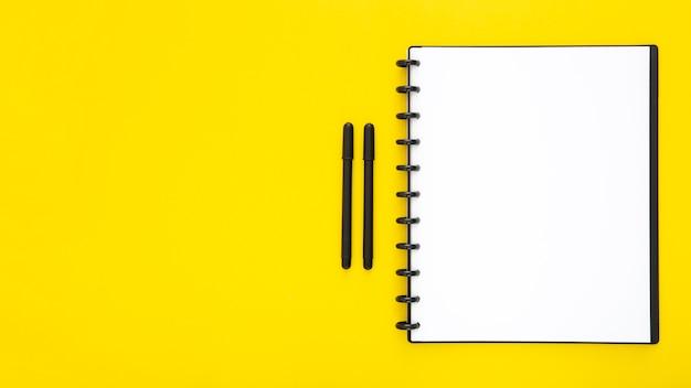 Zusammensetzung der schreibtischelemente auf gelbem hintergrund Premium Fotos