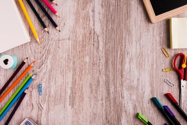 Zusammensetzung der schule mit briefpapier auf dem schreibtisch Kostenlose Fotos