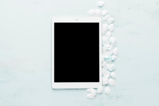 Zusammensetzung der tablette und der weißen muscheln Kostenlose Fotos
