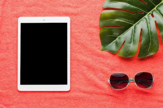 Zusammensetzung der tablettensonnenbrille und des pflanzenblattes Kostenlose Fotos