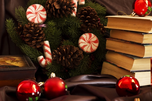 Zusammensetzung des neuen jahres von den bechern, von den büchern, von den schatullen, von der weihnachtskugel Premium Fotos