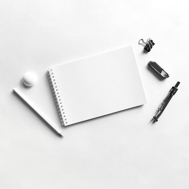 Zusammensetzung des notizbuchpapierbleistift-kompassclips und -magneten Kostenlose Fotos