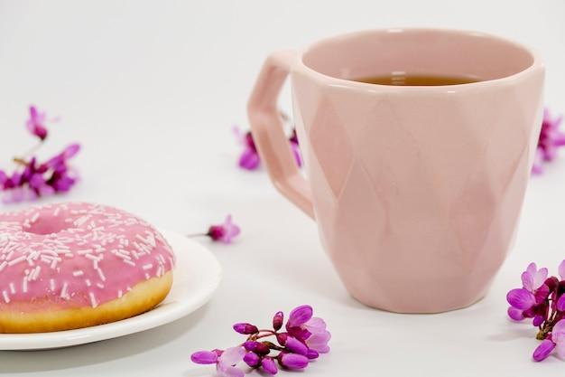 Zusammensetzung des tees mit donuts Kostenlose Fotos