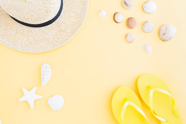 Zusammensetzung des zubehörs für exotischen strandurlaub auf gelbem hintergrund Kostenlose Fotos