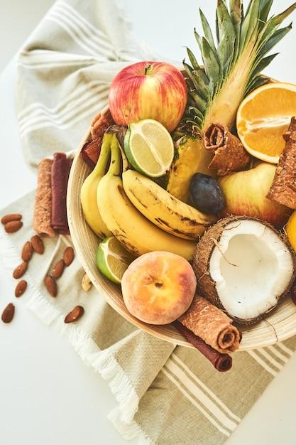 Zusammensetzung exotischer früchte. draufsicht. nahansicht. Premium Fotos