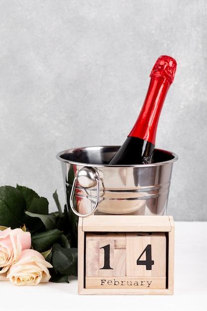 Zusammensetzung für valentinstagabendessen auf tabelle mit hölzerner beschriftung Kostenlose Fotos